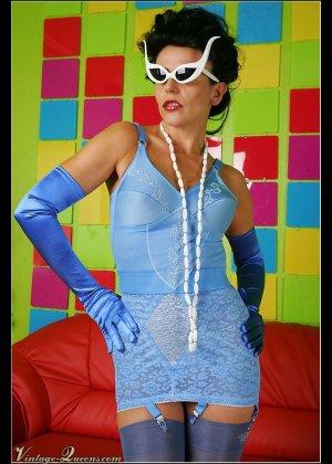Модель Ева позирует в голубом сексуальном платье