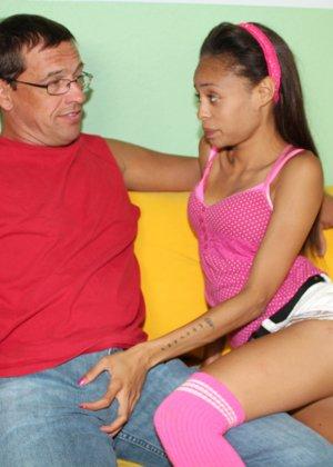 Худая негритянка Изабелла ебется с пожилым мужчиной
