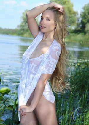 Блондинка мастурбирует на озере