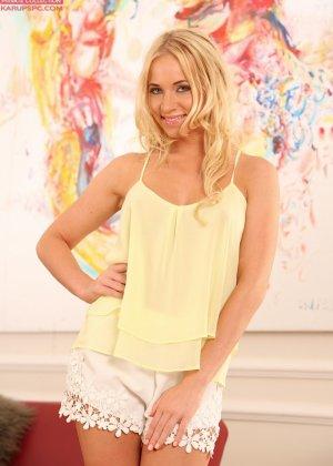 Блондинка Кэрри сует пальцы в пизду