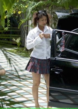 Голая азиатка меняет колесо машины