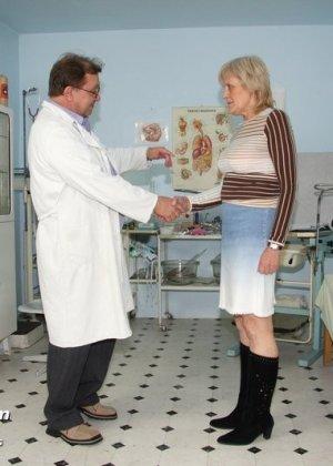 Пожилая Бриджита на обследовании у гинеколога