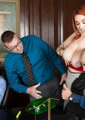Фигуристая женщина дает в офисе боссу