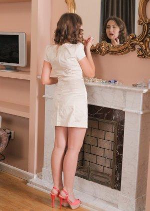 Вита разделась и показала волосатую пизду