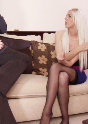 Блондинка Хлоя принимает сперму на лицо после минета