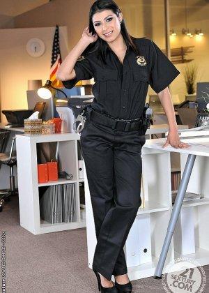 Полицейская женщина с сиськами и красивыми ножками