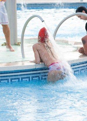 Групповой секс в красивом бассейне