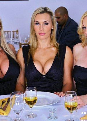 Три сексуальные милфы показали сиськи