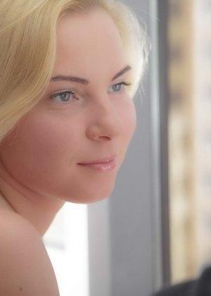 Блондинка кайфует когда член входит в ее узкую анальную дырочку