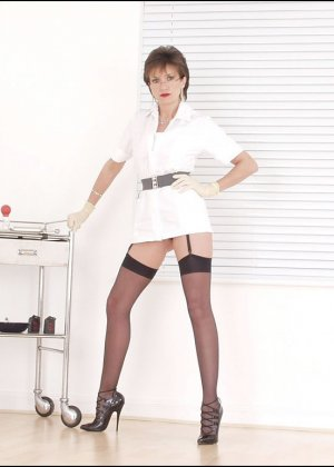 Британская медсестра помпирует сосок