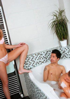 застукали девушек в ванне подошел поближе