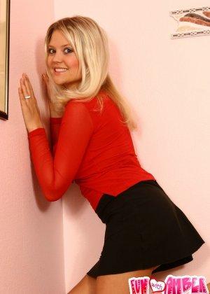Блондинка в красных трусиках показывает сиськи