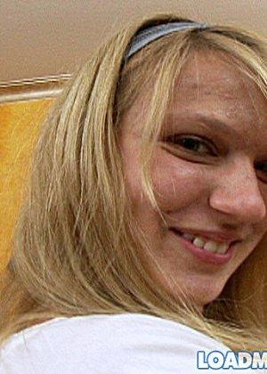 Молодая блондинка проглотила сперму крупного мужчины