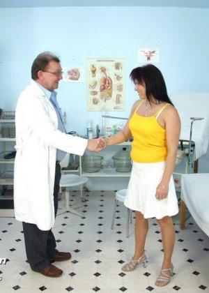 Гинеколог тщательно проверял пизду женщины, так, что она немного возбудилась