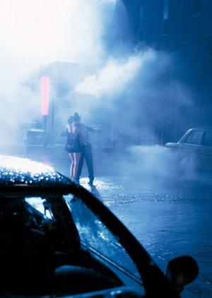 Анал на улице под дождем