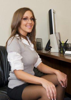 Секс на столе с горячей секретаршей