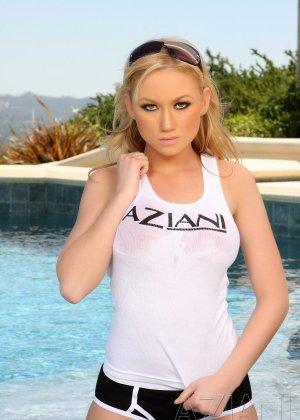 Блондинка Мэдисон оголилась у бассейна