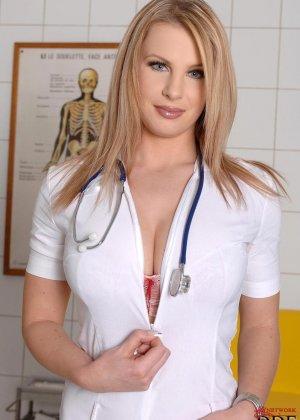 Медсестра показывает красивые и большие сиськи