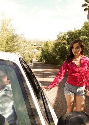 Кейси трахнулась в авто с водителем, который ее подвозил