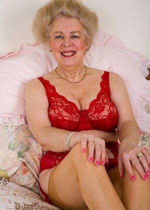 Ей далеко за 60, но она хочет чтобы ее пиздень поласкали