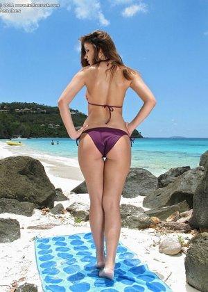 Девушка с нежной попкой на пляже