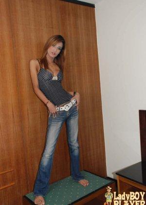 Худой ледибой снимает джинсы
