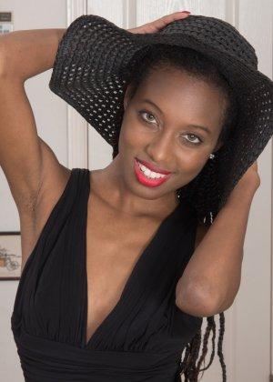 Темнокожая дама показывает волосатую промежность крупным планом