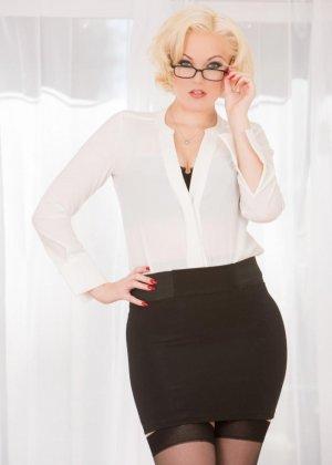 Фигуристая блондинка в очках ебется в две дырки