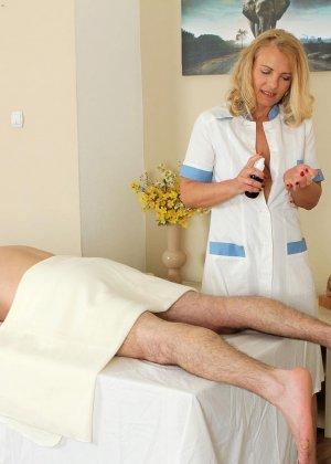 Зрелая массажистка была трахнута на кушетке