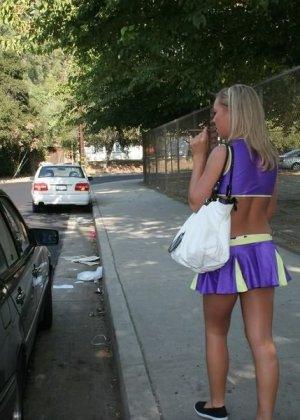 Гибкая блондинка идя с тренировки познакомилась с мужчиной и отдалась ему в тот же день