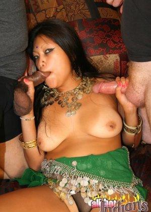 Индийская проститутка ебется с двумя европейцами