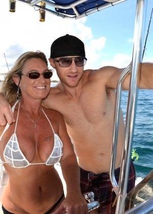 Неверная жена катается на яхте с любовником