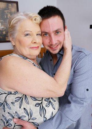 Пожилая толстячка ебется со своим молодым бойфрендом
