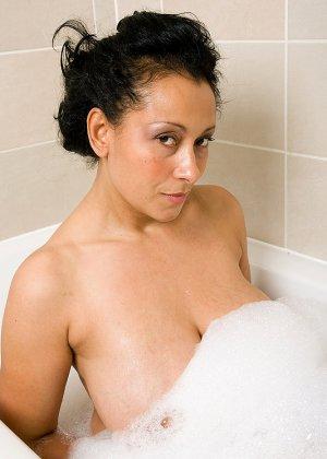 Сисястая красивая женщина мастурбирует в пенной ванной