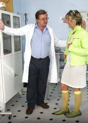 Зрелая Ванда на обследовании у гинеколога