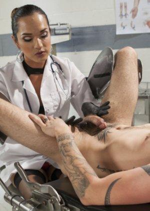 Женщина врач оказалась трансом и удивила парня