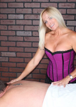 Зрелая блондинка дрочит хуй клиенту на массаже