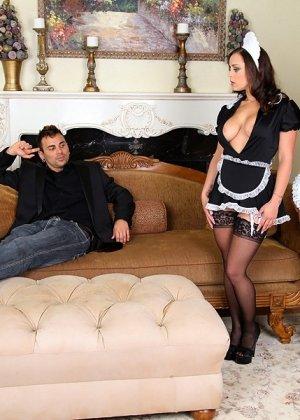 Две сексапильные горничные ублажают мужчину