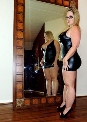 Толстячка с большой задницей мастурбирует у зеркала