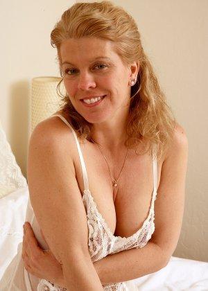 Зрелая дама показывает пизду лежа в белоснежной кровати