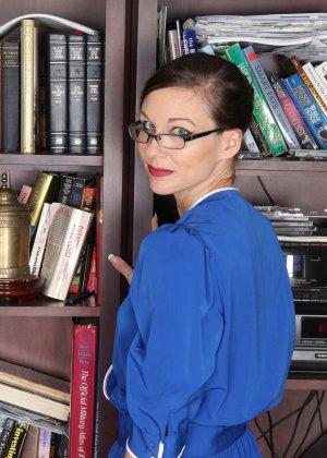 Стриптиз стройной библиотекарши