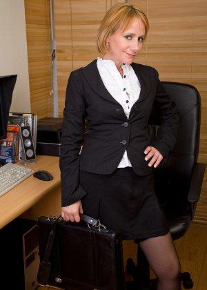 Секретарше под 50, но она часто от скуки мастурбирует на работе