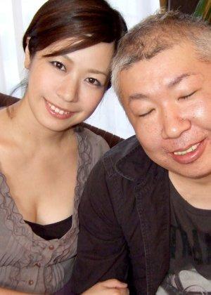 Пожилой мужчина играет с пиздой молодой японки