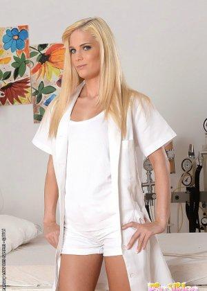 Очаровательная медсестра подняла лежачего больного
