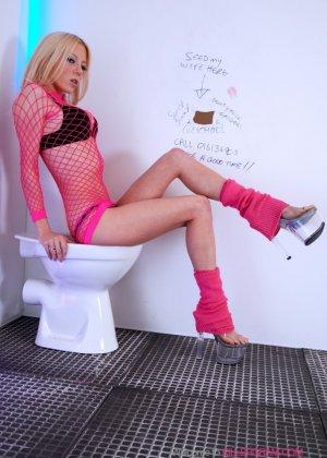Блондинка в розовом ебется в туалете