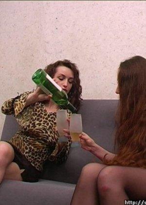 Две девушки напились и разделись