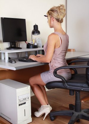 Секретарша Шери мастурбирует на кресле фломастером