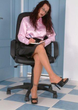 Женщина в офисе в телесных чулках и без трусиков