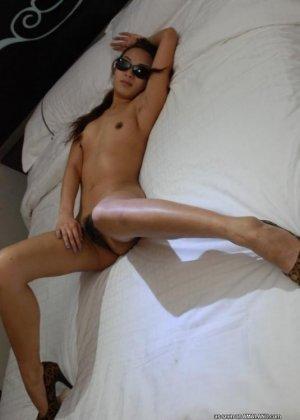 Корейская девушка соблазнительно позирует в кровати