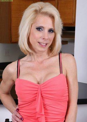 Пожилая Джоди показывает свою видавшую многое вагину